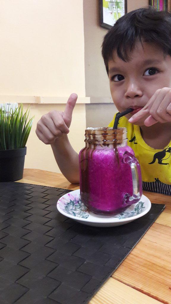 Wow!!! Happy adik comel nie dapat minum air buah fresh dari ladang